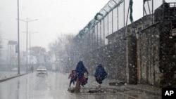 24일 겨울폭풍이 몰아친 아프가니스탄 카불 거리에서 사람들이 걸어다니고 있다.