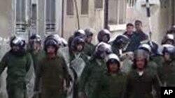 敘利亞安全部隊星期天在霍姆斯市走向抗議者