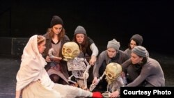 Para mahasiswa Universitas New Hampshire latihan SEMATAKAKI, pementasan yang dibuat kelompok teater boneka Yogyakarta, Papermoon Puppet Theater.(Foto: courtesy Ron St. Jean Photography)