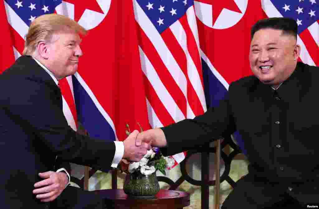美國總統特朗普與北韓領導人金正恩在舉行第二次峰會前握手。