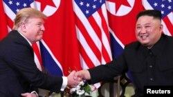 도널드 트럼프 미국 대통령과 김정은 북한 국무위원장이 지난 2월 베트남 하노이에서 열린 2차 정상회담에 앞서 악수하고 있다.