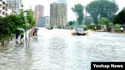 연이은 폭우로 인해 물에 잠긴 평양의 도로. 20일 조선중앙통신 홈페이지에 게재된 영상.
