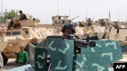 Binh sĩ Afghanistan chuẩn bị cho một cuộc hành quân chống lại các chiến binh Taliban ở quận Aliabad tỉnh Kunduz, ngày 12/6/2016.