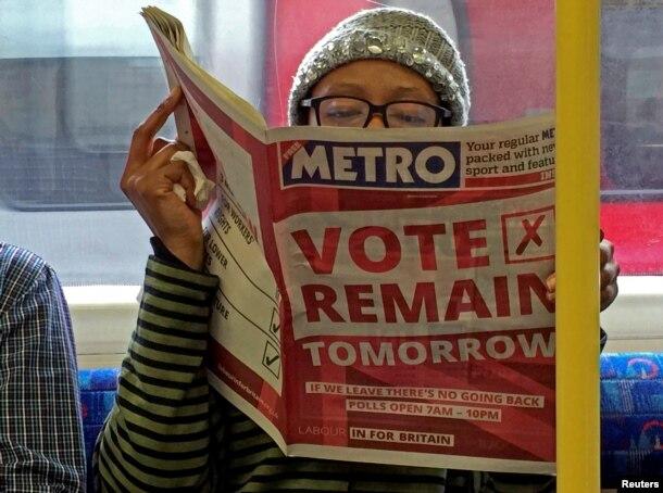 Người dân theo dõi tin tức về cuộc trưng cầu dân ý tại London, Anh, ngày 22/6/2016.