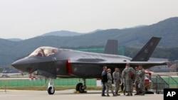 ایف 35 کا شمار دنیا کے مہنگے ترین جنگی طیاروں میں ہوتا ہے۔ یہ طیارہ راڈار کی پکڑ سے محفوظ رہنے کی صلاحیت رکھتا ہے۔