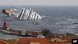 """星期五從觸礁失事的意大利郵輪""""科斯達•協和""""號上飄出薄薄的油層"""
