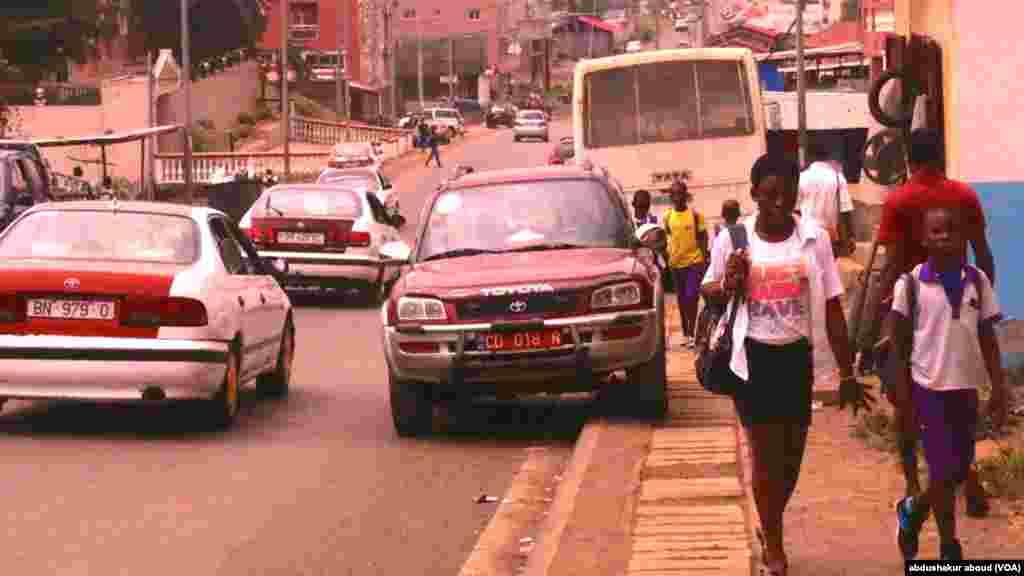 Les activités dans un quartier de l'ouest de la capitale Malabo en Guinée équatoriale. Des élèves en route pour l'école y sont apperçus.