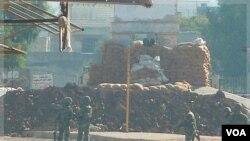 Para tentara terlihat berjaga-jaga di sebuah pos keamanan di Hula, dekat Homs, Suriah (4/11). Kekerasan terus terjadi hari demi hari di kota basis gerakan anti-pemerintah Suriah ini.