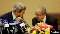 美國國務卿克里(左)和阿爾及利亞外長拉馬姆拉(右)星期四就軍事和商業合作問題發表談話。