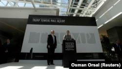 2012 yılında Trump Towers Mall açılışı için İstanbul'a gelen Donald Trump ve kızı Ivanka Trump