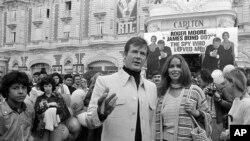راجر مور در جشنواره فیلم کن - مه ۱۹۷۷