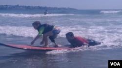Shaun McLaughlin, de 6 años, nació sin su pie derecho y ahora aprende a navegar las olas.