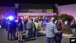 Warga berkumpul di depan pusat perbelanjaan tempat terjadinya kasus penikaman di Minnesota, AS.