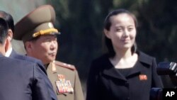 Trong ảnh tư liệu ngày 13/4/2017 này, bà Kim Yo Jong (phải), em gái của lãnh tụ Triều Tiên Kim Jong Un, tại lễ khánh thành khu chung cư Ryomyong ở Bình Nhưỡng.