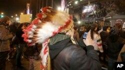 Protest američkih Indijanaca u Mineapolisu protiv imena fudbalskog tima Redskins, 7. novembar 2013.