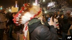 Indios nativos estadounidenses se reunieron frente al estadio de los Redskins en Washington, para exigir que el equipo cambie su nombre.