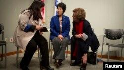 북한을 탈출해 미국에 난민으로 정착한 조진혜 씨와 한송화 씨(왼쪽부터)가 수잔 숄티 북한자유연합 대표와 함께 지난해 1월 뉴욕에서 열린 기자회견에 참석했다. (자료사진)