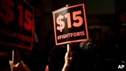 Demonstrasi menuntut kenaikan upah minimum menjadi $15 dolar per jam.