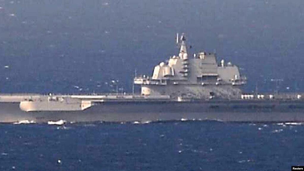 Tàu sân bay lớp Kuznetsov của Trung Quốc, tàu Liêu Ninh, hoạt động trong Biển Hoa Đông. Ảnh do Lục Lượng Tự vệ Nhật bản chụp ngày 25/12/2016. Japan/HANDOUT via REUTERS. Người phụ trách dự án nâng cấp tàu Liêu Ninh có thể đối mặt với án tử hình.