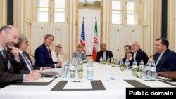 존 케리 미 국무장관과 미국 대표단(왼쪽)이 30일 오스트리아 빈에서 무함마드 자바드 자리프 이란 외무장관과 이란 대표단 (오른쪽)과 만나 핵 협상을 진행하고 있다.