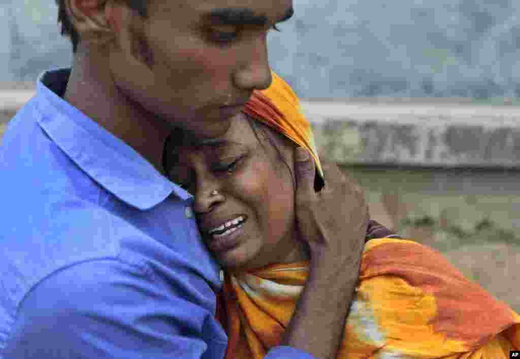 24일 발생한 방글라데시 8층 건물 붕괴 사고로 가족을 잃은 유가족이 울고 있다.
