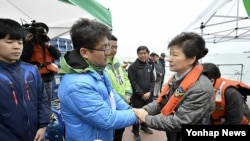 박근혜 한국 대통령이 5월 4일 팽목항을 두 번째 방문해 세월호 실종자 가족을 위로하고 있다.