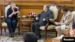 阿尔及利亚总统布特弗利卡(中)与美国国务卿克林顿在阿尔及尔会谈(2012年10月29日)