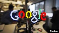 Logo neon Google di kantor di Toronto. (Reuters/Mark Blinch)