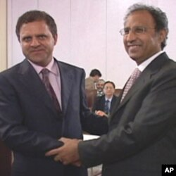 د پاکستان د مالې وزیر عبدالحفیظ شیخ او د افغانستان د مالې وزیر عمر زاخیلوال