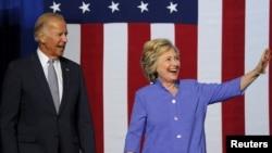 Hillary Clinton (kanan) berkampanye bersama Wapres Joe Biden di Scranton, Pennsylvania hari Senin (15/8).
