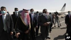 Penjabat Menteri Luar Negeri Sudan Omar Qamar al-Din (kanan tengah) menyambut Menteri Luar Negeri Saudi Pangeran Faisal bin Farhan (ketiga dari kiri), setibanya di Bandara Khartoum, Sudan, Selasa, 8 Desember 2020.