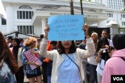 Peserta aksi Women's March Bandung menolak pelecehan seksual di institusi pendidikan, Sabtu (27/4/2019). (Foto: Rio Tuasikal/VOA)