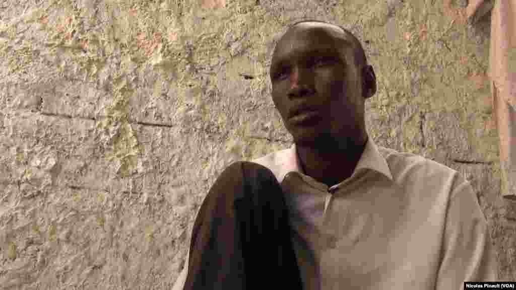 Malam Boucar Adam était enseignant avant de rejoindre Boko Haram. Il prétend n'avoir tué personne lorsqu'il servait de soignant pour les combattants de Boko Haram, Diffa, Niger, le 17 avril 2017 (VOA/Nicolas Pinault)