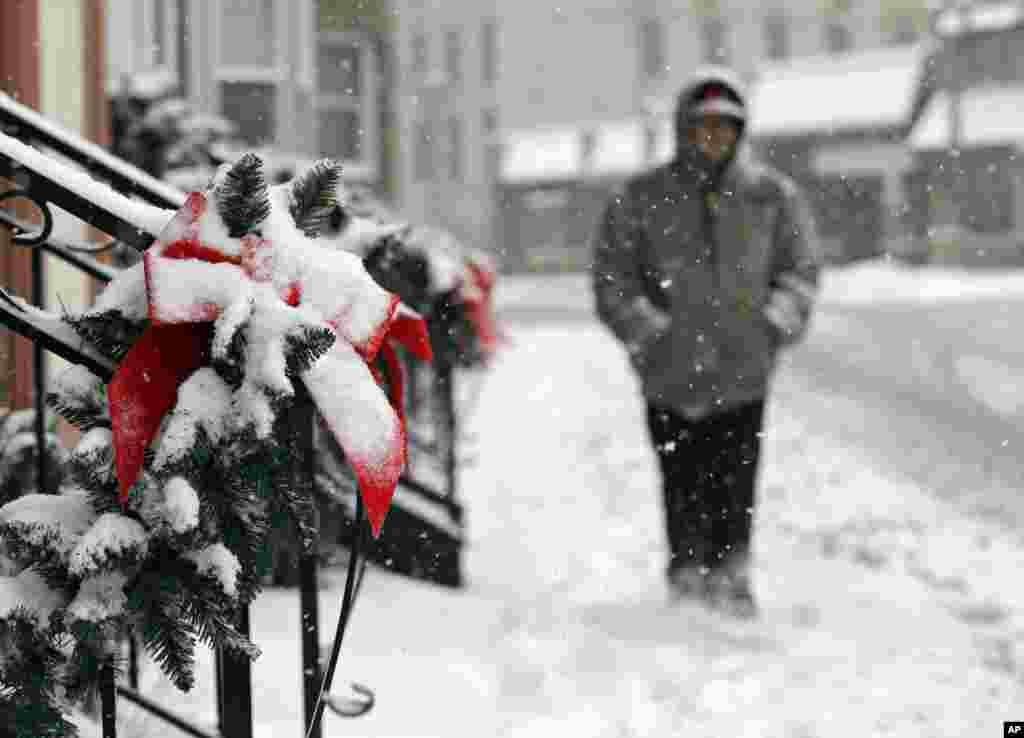 Các món trang hoàng cho Giáng Sinh cũng đóng tuyết trên một con đường ở thành phố Berea, tiểu bang Ohio, 26/12/ 2012. (AP Photo/Mark Duncan)