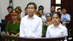 Phiên tòa xử Anh Ba Sàm và bà Nguyễn Thị Minh Thúy ngày 22 tháng Chín, 2016. (Hình: Doan Tan/Vietnam News Agency via AP)