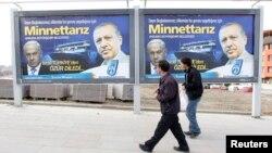 Bîlbordên Enqerê nîşan didin ku Erdogan çawa Netanyahu neçar kiriye ku lêborîna xwe bide (Adar 25, 2013)