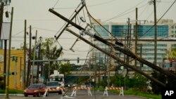 Ida Kasırgası Louisiana eyaleti genelinde 22 bini aşkın elektrik direğini devirdi ya da kullanılmaz hale getirdi. 5 bin 200'den fazla trafo da devre dışı kaldı.