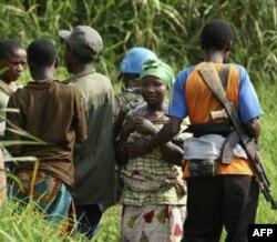 Human Rights Watch tashkiloti rahbarining qayd etishicha, Kongo Demokratik Respublikasida, masalan, hokimiyat uchun kurashayotgan jangari guruhlar qishloqma qishloq yurib, ayollarni zo'rlaydi.