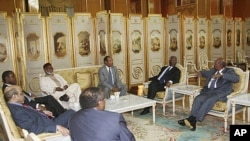 Sudan's President Omar Hassan al-Bashir (R) speaks with African leaders during talks in Addis Ababa, June 12, 2011