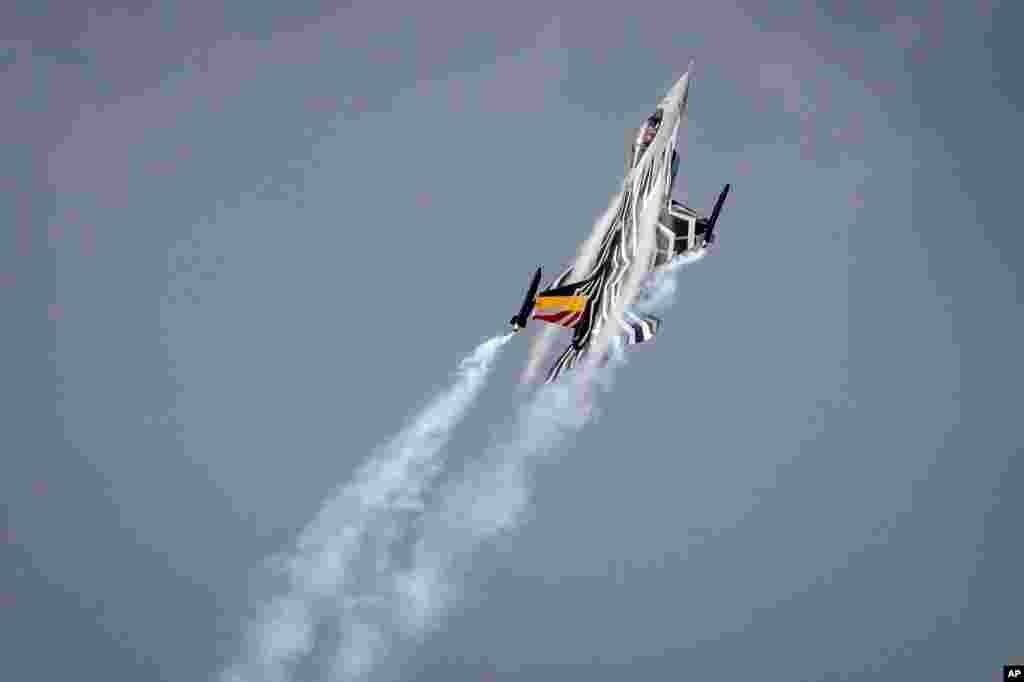 Pesawat jet tempur F16 milik Belgia melakukan atraksi udara pada acara kunjungan Raja Belgia Philippe dan Raja Yordania Abdullah II di pangkalan udara Florennes, Belgia.
