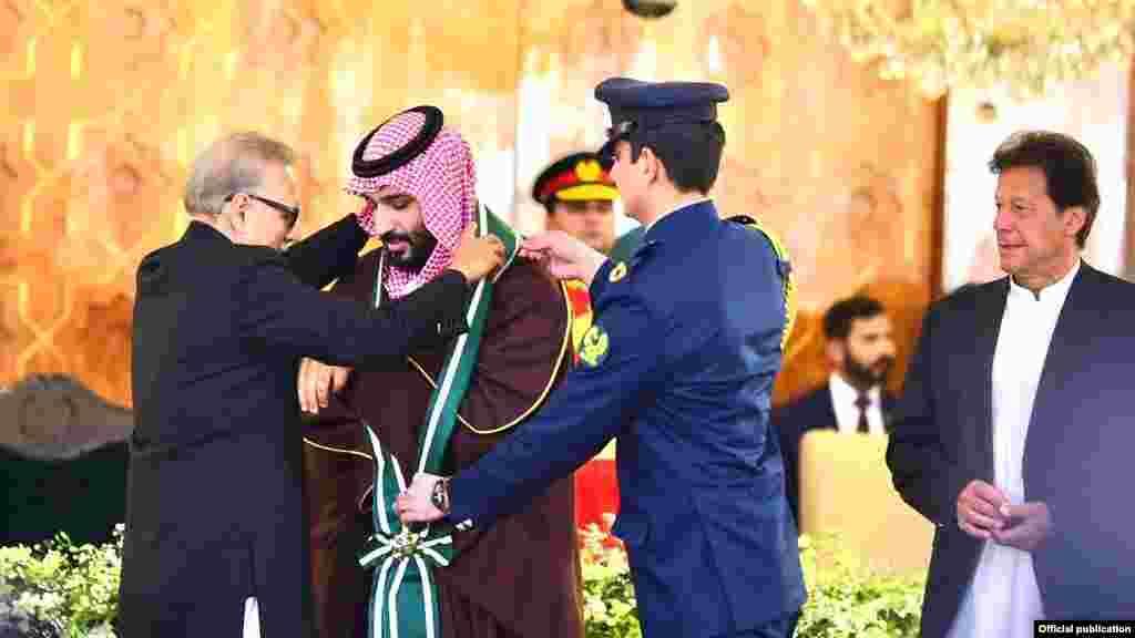 صدر مملکت ڈاکٹر عارف علوی نے پاکستان کے دورے پر آئے سعودی ولی عہد محمد بن سلمان کو پاکستان کے سب سے بڑے سول ایوارڈ 'نشان پاکستان' سے نوازا۔