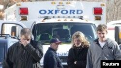 Članovi porodica reaguju na vesti ispred osnovne škole Sendi huk, u Njutaunu, gde se juče dogodio masovni zločin