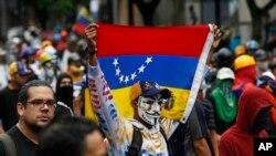 Pengunjuk rasda berbaris meenentang pemerintah selama unjuk rasa di Caracas, Venezuela, Kamis 29 Juni 2017 (foto: AP Photo/Ariana Cubillos)