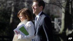 Alyssa Mastromonaco y el vocero de la Casa Blanca, Jay Carney.