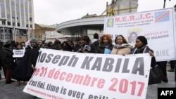 សមាជិកនៃសមាគមនកុងហ្គោស្រែកអំពាវនាវឲ្យលោកប្រធានាធិបតី Joseph Kabila ចុះចេញពីតំណែង កាលពីថ្ងៃទី៣០ ខែធ្នូ ឆ្នាំ២០១៧។