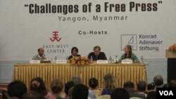 "EAST WEST CENTER ကမကထျပဳက်င္းပတဲ့""Challenges of a fee Press"" ဝဲမွယာ- ဦးဇင္လင္း၊ ဦးသန္းလြင္ထြန္း (ဗီြအိုေအ)၊ Bertil Lintner နဲ႔ Jeanne Hallacy. (March 10, 2014. Photo by Sithu/Burmese Service)"