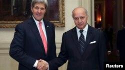 El secretario de Estado de EE.UU. John Kerry (izq.), se reunió con su similar francés Laurent Fabius a quien le ofreció explicaciones sobre las acusaciones de espionaje que pesan sobre la agencia estadounidenses NSA.