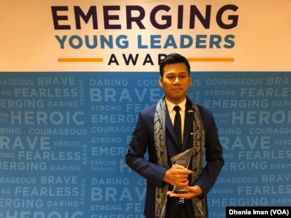 """Pemuda Indonesia, Diovio Alfath, penerima penghargaan """"Emerging Young Leaders"""" dari deplu AS (Dok: VOA)"""