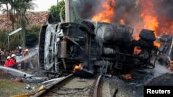 9일 인도네시아 자카르타에서 통근열차와 유조차가 충돌한 사고가 발생한 가운데, 소방관들이 진화 작업을 벌이고 있다.