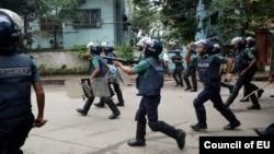 بنگلہ دیش میں پولیس مظاہرین کو منتشر کرنے کے لیے ایکشن لے رہی ہے۔ اگست 2018